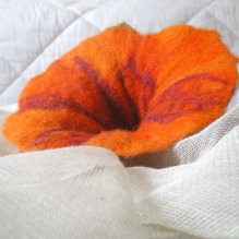 felted flower brooch -whisper me-