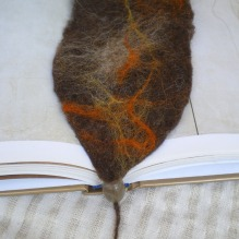 felted bookmark -chestnut-