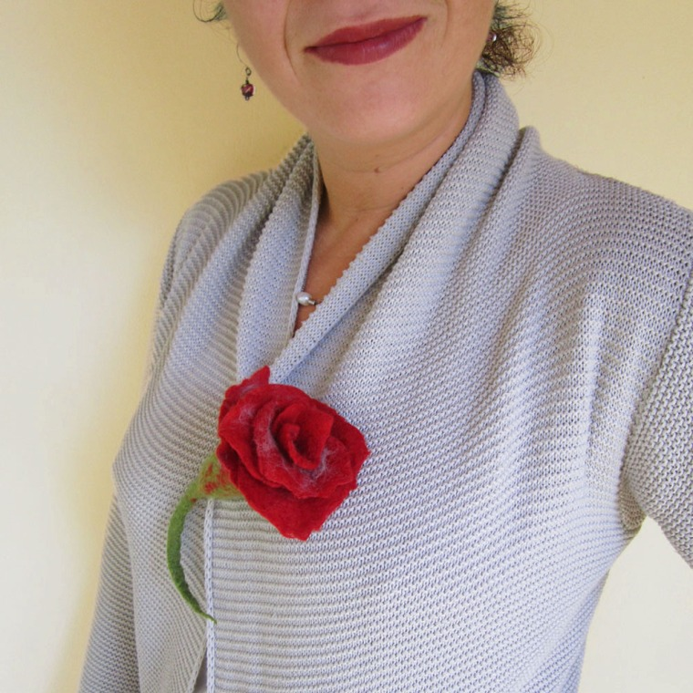 felted flower brooch -red red rose-