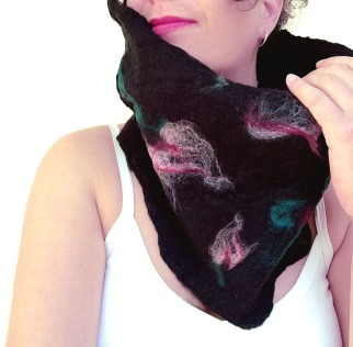 felted neck warmer -winter flowers-